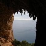 un beau plafond de stalactites observable du sommet d'un 6b