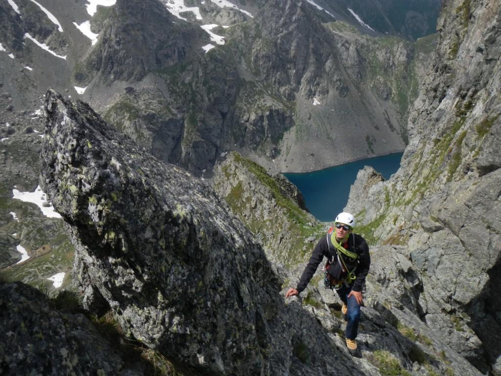 Antoine vers le sommet de la Dent du Loup, derrière le lac du Crozet