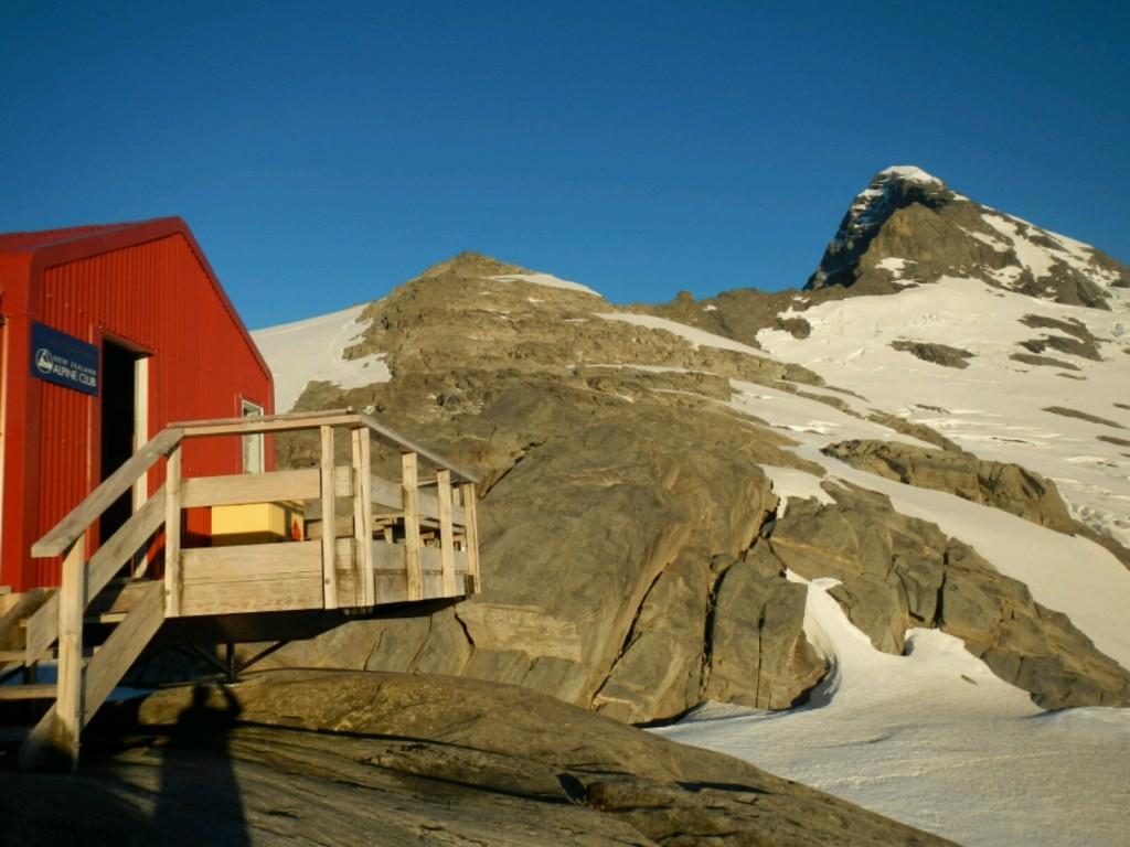 Le refuge Colin Todd et l'arete nord-ouest du Mont Aspiring